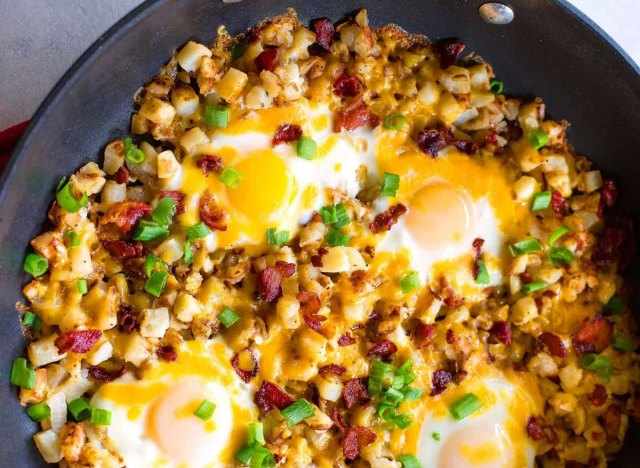 breakfast skillet with eggs potatoes bacon chives
